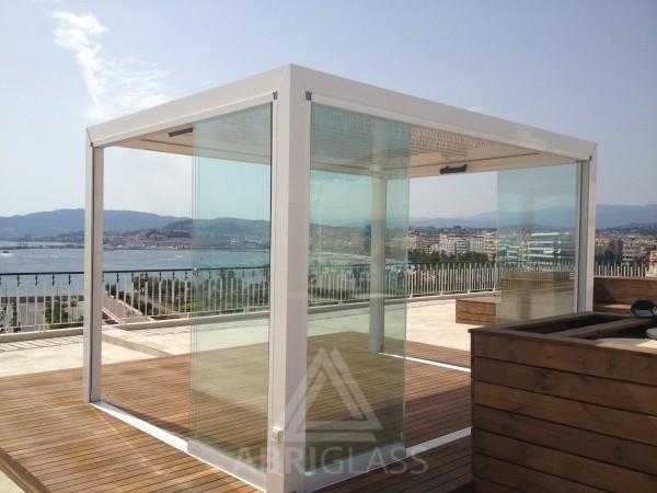 Coulissant panoramique ouvert sur une terrase en bois en bord de mer