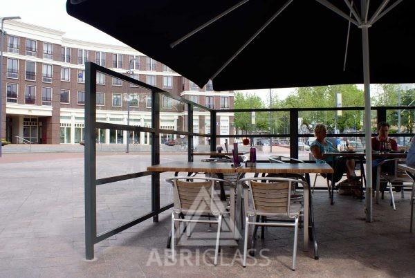 Paravents fixes du restaurant Beloofd sur la grande place de Schiedam aux Pays Bas