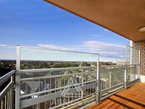 Paravent télescopique sur un balcon de résidence