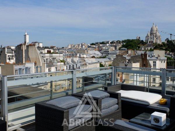 Paravent télescopique sur une terrasse à Paris avec vue sur le Sacré Coeur de Montmartre