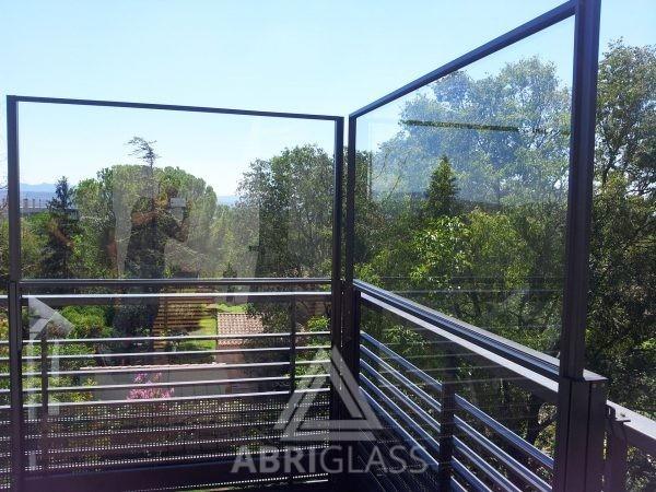 Protection de terrasse contre le vent et le bruit grâce aux paravents télescopiques