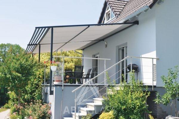 Aménagement de terrasse avec une Pergola à toile rétractable de couleur claire Néo+