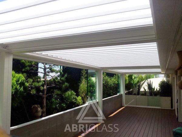 Pergola bioclimatique à lames orientables et panoramique en verre ouvert