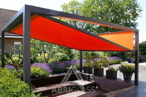 Aménagement de terrasse chez un particulier avec pergola à toile rétractable KUB orange