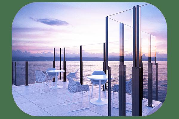 Paravent automatique OpenAir en protection d'une terrasse en bord de mer