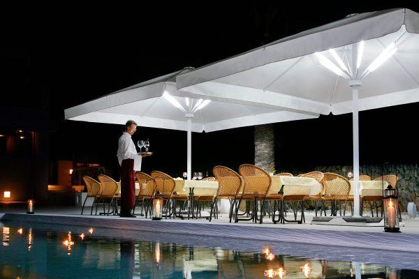 Parasol et lumières pour terrasse de restaurant et hôtel
