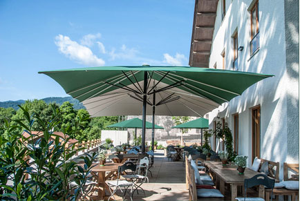 Parasol Festival vert et blanc dans les Alpes