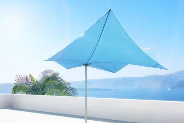 Parasol Structurelab droit sur terrasse avec vue mer imprenable