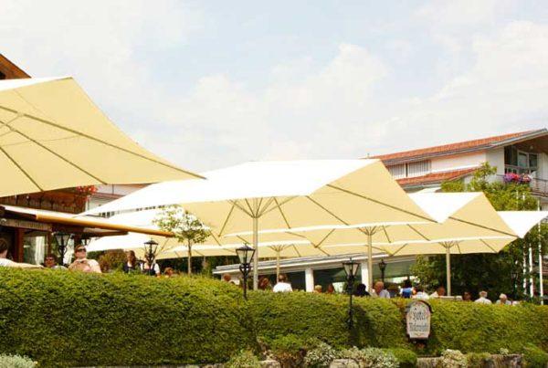 Protection de terrasse par parasol Festival double pente
