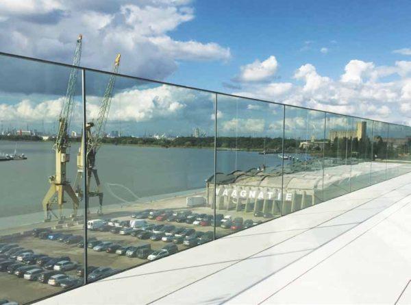 Garde coprs en verre pour toit terrasse